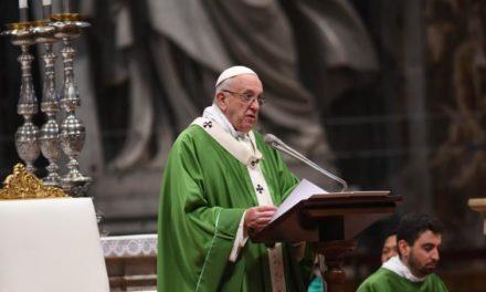 Chiuso il Sinodo, papa Francesco ai giovani: «Scusateci se non vi abbiamo dato ascolto»
