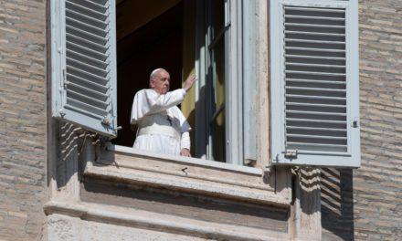 """Papa Francesco, """"Padre nostro"""" e preghiera sul sagrato di San Pietro"""